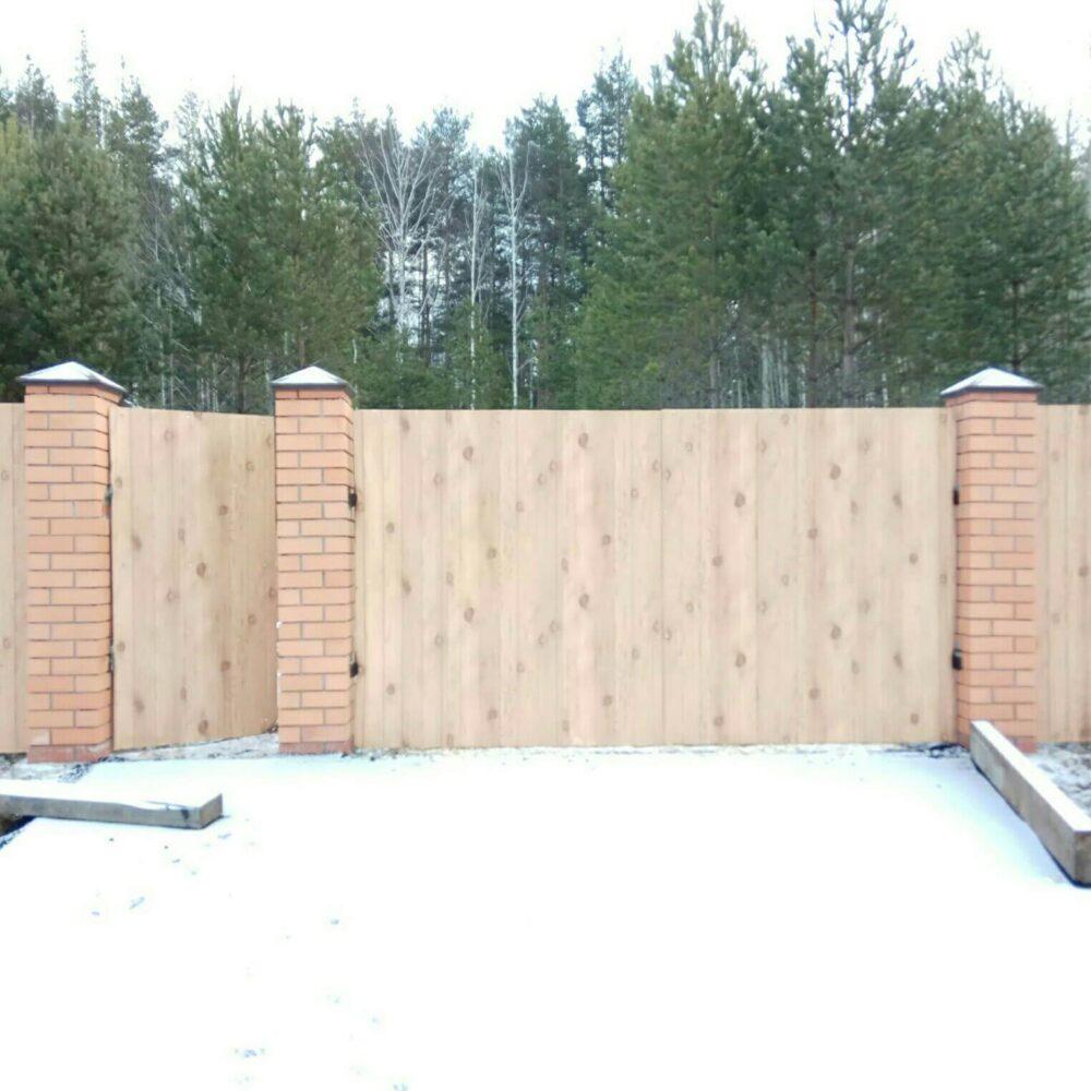 забор на кирпичных столбах