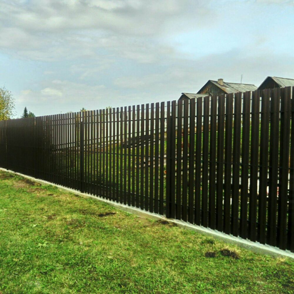 забор из металлического евроштакетника
