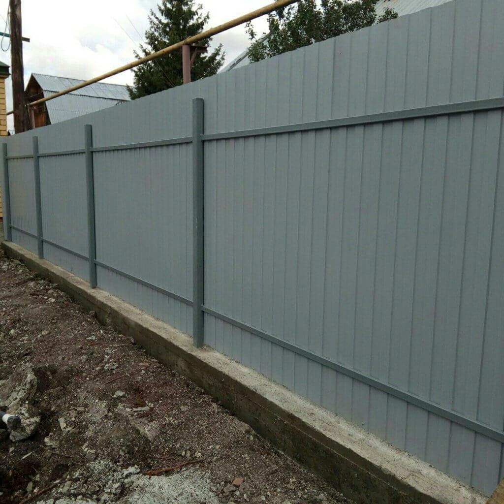 Забор на ленточном фундаменте с монтажом