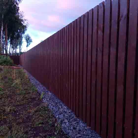 Забор из деревянного штакетника крашеный