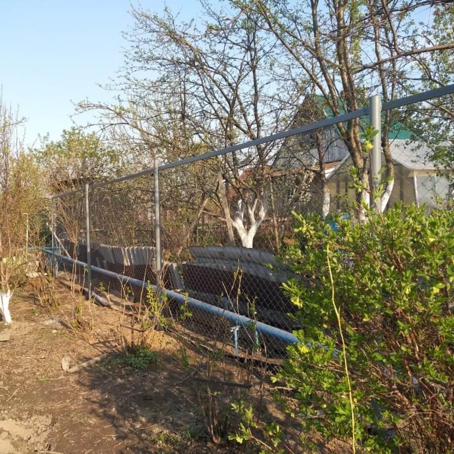 Забор из сетки рабица на участке