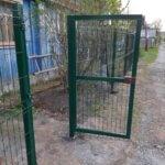 Калитка в заборе из 3д сетки