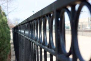 Забор с круглишками