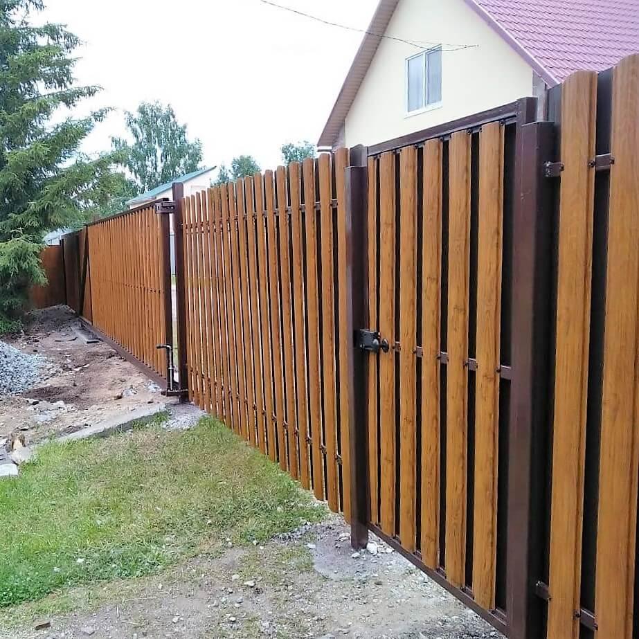 Забор из штакетника разноцветный