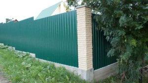 Забор из профлиста на склоне