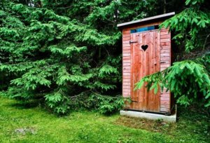 Туалет у забора в лесу