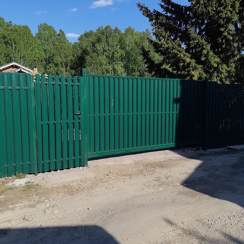 Забор из штакетника с откатными воротами