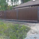 Забор из штакетника на фундаменте
