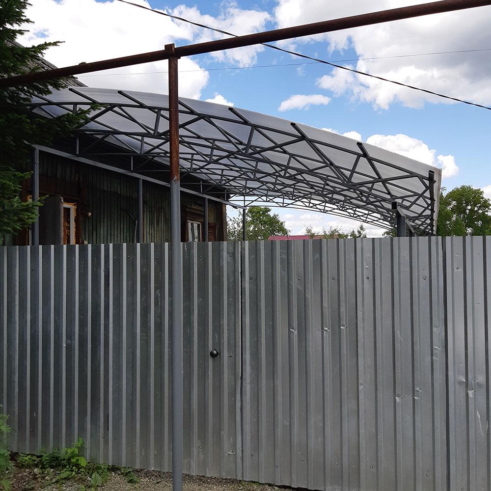Забор из профлиста с навесом из поликарбоната