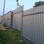 Забор из профлиста не крашеный с авто воротами
