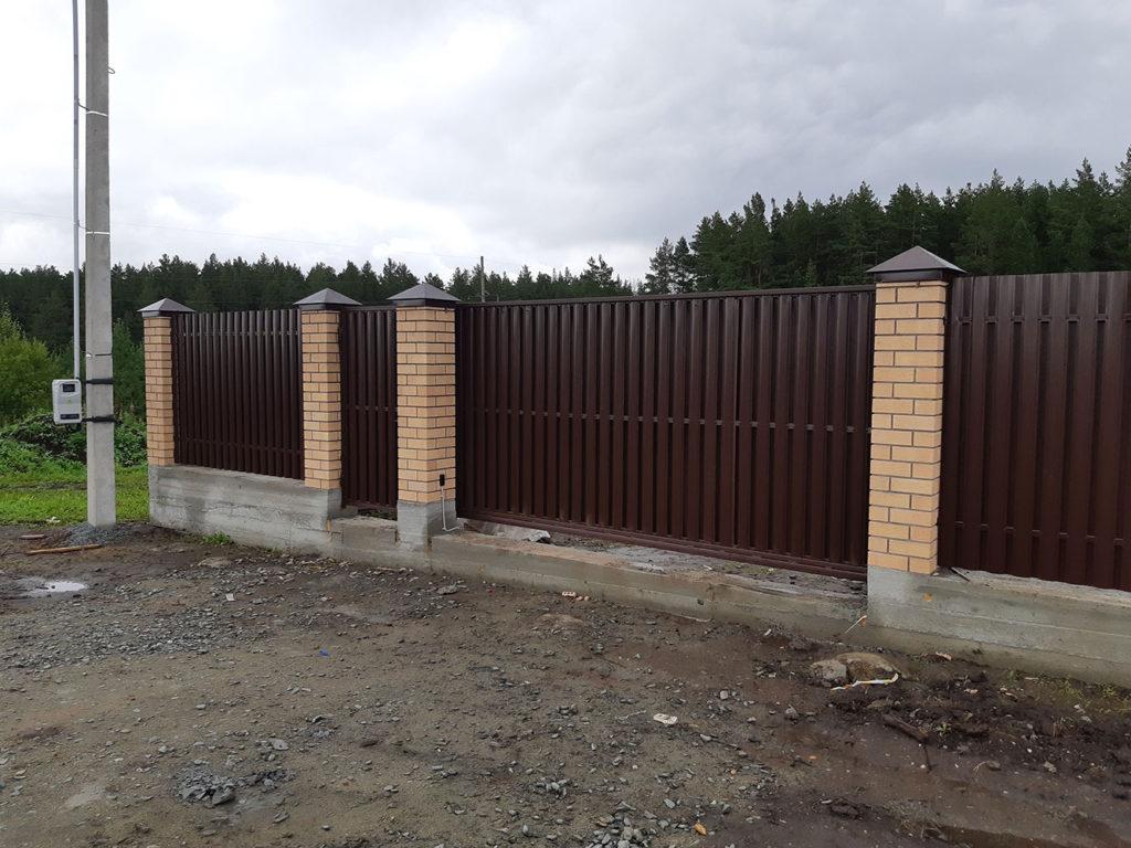Забор из евроштакетника с кирпичными столбами