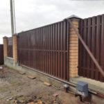 Автоматические ворота из евроштакетника на кирпичных столбах