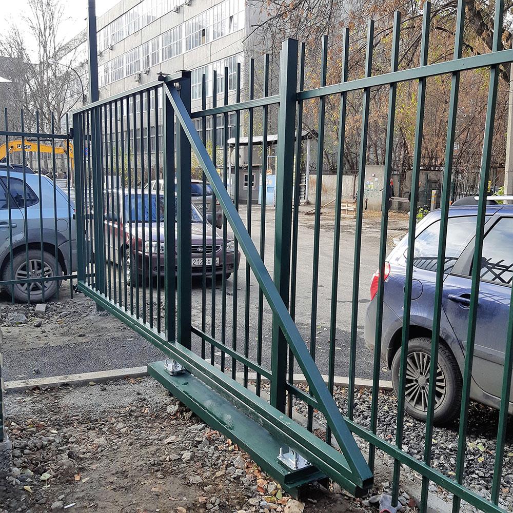 Сварной забор с автоматическими воротами