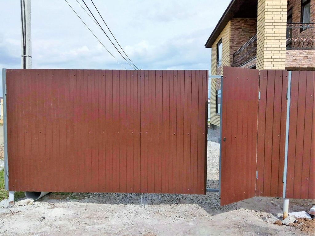 Распашные ворота с калиткой из профлиста