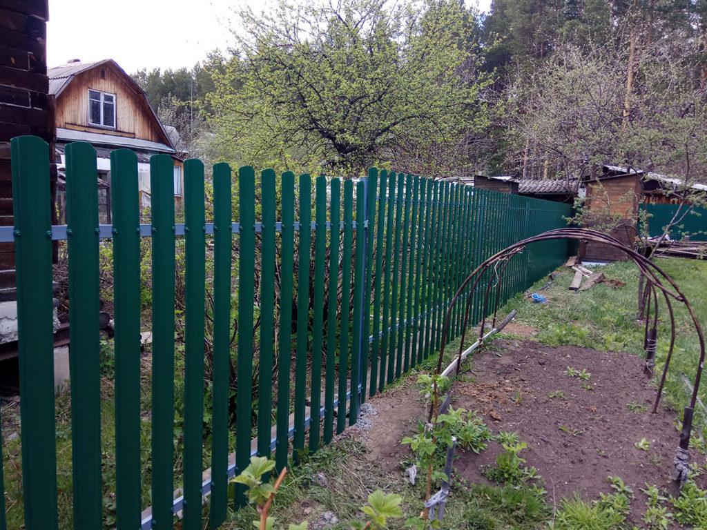 Забор из евро штакетника