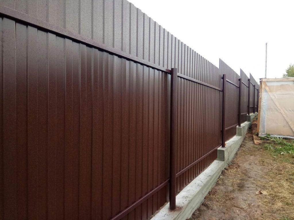 Забор из профлиста с лентой