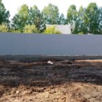 Серый, забор из профлиста на фундаменте