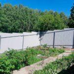 Забор из профлиста на кривом участке