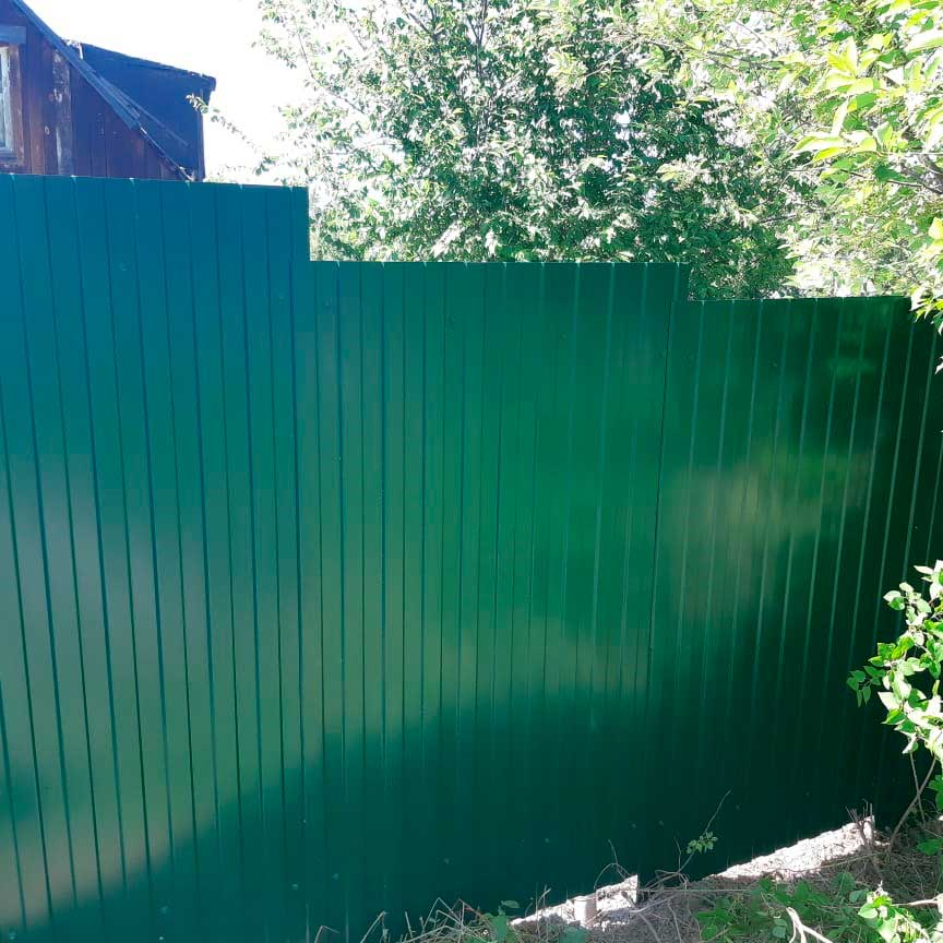 Забор на кривом участке зеленый