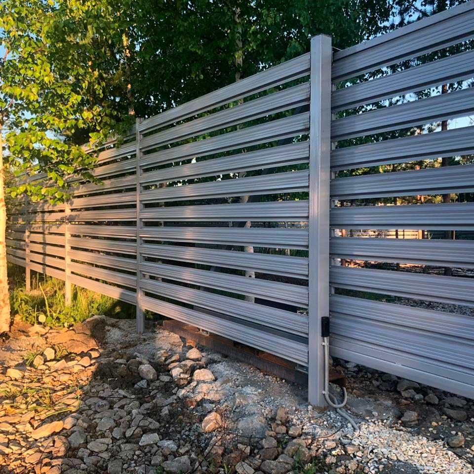 Забор из евроштакетника серый, горизонтальный
