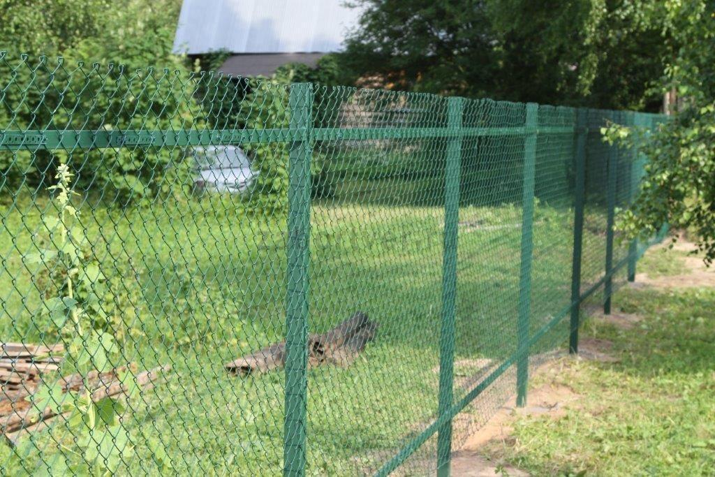 Забор из сетки-рабицы ПВХ в саду